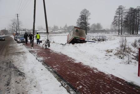 Wiści policja Tomaszów - wypadek, kierowca wjechał do stawu