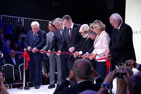 Wieści Lech Wałęsa, Antoni Ptak, Kenzo Takada, Anna Fendi, Patrycja Gucci otwierają targi.